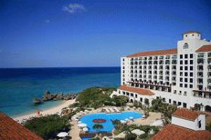 《ホテル日航アリビラ》目の前に広がる「ニライ<br />ビーチ」は県内でも有数の透明度を誇る美しさ♪<br />南欧風デザインのリゾートホテルで休日を満喫!