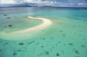 《幻の島上陸ツアー付きツアー》石垣島の西に10km、小浜島と竹富島の間に浮かぶ三日月形の無人島。正式名称は