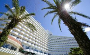 《Royal Hotel 沖縄残波岬》沖縄有数のサンセットビュー<br />スポット「残波岬」に位置するビーチリゾートホテル!<br />沖縄には珍しい露天岩風呂も人気♪マリン施設も充実